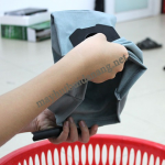 Làm sạch túi lọc bụi khi vệ sinh máy hút bụi đa năng