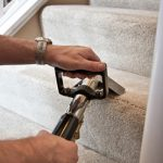 Nhiều gia đình, khách sạn lựa chọn sử dụng máy giặt thảm phun hút để làm sạch thảm cầu thang