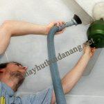Người dùng có thể sử dụng máy hút bụi công suất lớn để làm sạch quạt trần