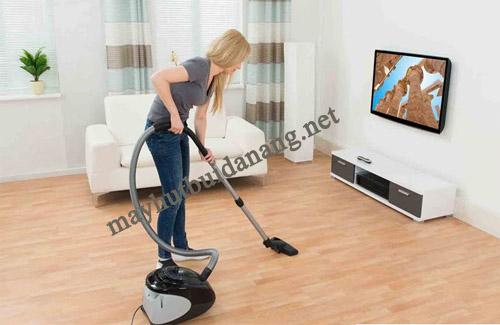 Sử dụng máy hút bụi vệ sinh nhà cửa tiết kiệm thời gian và công sức