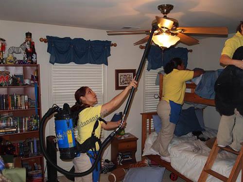 Máy hút bụi giúp làm sạch  cánh quạt trong nhà bạn