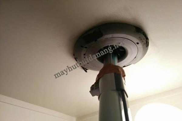 Không mất nhiều công sức, bạn hoàn toàn có thể làm sạch vị trí lắp bóng đèn với máy hút bụi