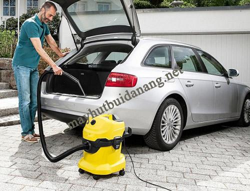 Sử dụng máy hút bụi đa năng giúp vệ sinh nội thất ô tô dễ dàng