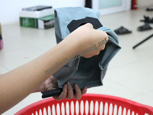 Làm sạch túi lọc bụi khi vệ sinh máy hút bụi đa năng giúp bụi không phát tán trở lại