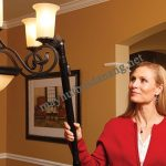 Sử dụng máy hút bụi đa năng để làm sạch đèn chùm, đồ trang trí trong nhà