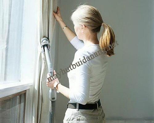 Sử dụng máy hút bụi công nghiệp là giải pháp vệ sinh rèm cửa nhanh chóng, hiệu quả