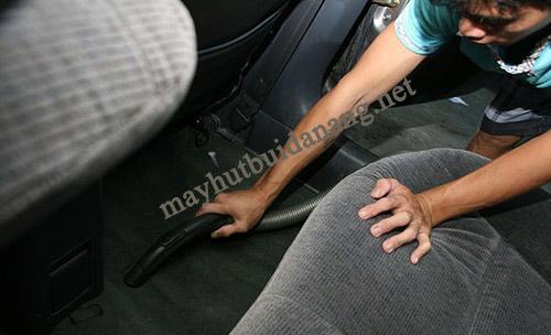 Máy hút bụi công nghiệp được sử dụng hiệu quả để vệ sinh bụi bẩn trong xe ô tô