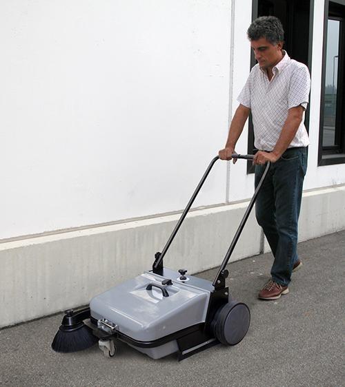 Người sử dụng dùng sức lực để đẩy máy quét rác