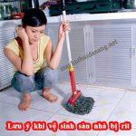 Lưu ý khi vệ sinh sàn nhà bị rít