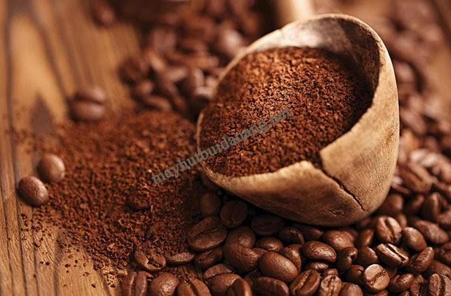 Hạt cafe nguyên chất hoặc bã cafe là nguyên liệu khử mùi đơn giản, thông dụng hàng ngày