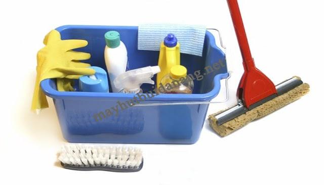 Kết hợp các dụng cụ hỗ trợ là cách vệ sinh sàn nhà mới xây cực hiệu quả