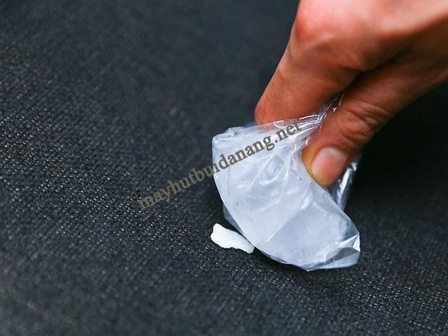 Sử dụng đá lạnh để loại bỏ bã cao su dính trên thảm giặt