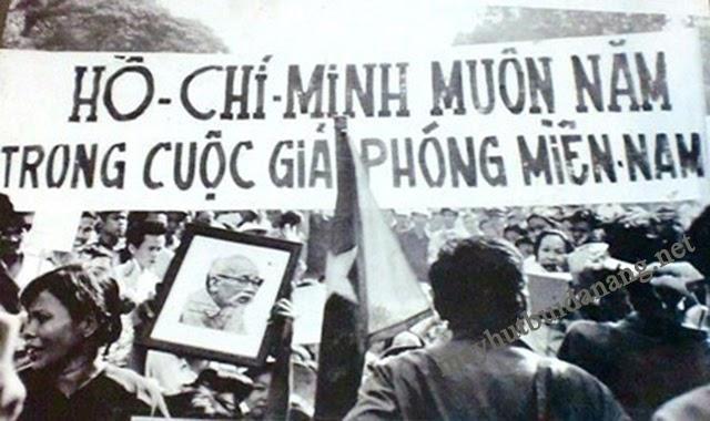 Nhân dân Sài Gòn vui mừng xuống đường ăn mừng chiến thắng