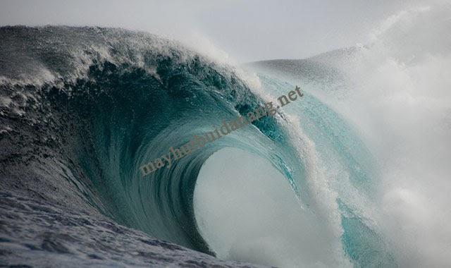 """Các con sóng """"dựng đứng"""" khi vào đất liền do đáy biển nông và chúng di chuyển chậm hơn khi ở ngoài đại dương"""
