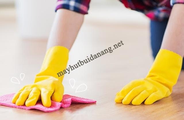 Sử dụng các hóa chất chuyên dụng để loại bỏ vết sơn trên sàn nhà