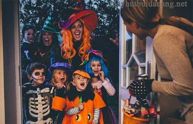 Trẻ con sẽ gõ cửa xin kẹo trong ngày Halloween