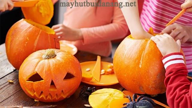 Hoạt động khắc bí ngô trong ngày Halloween